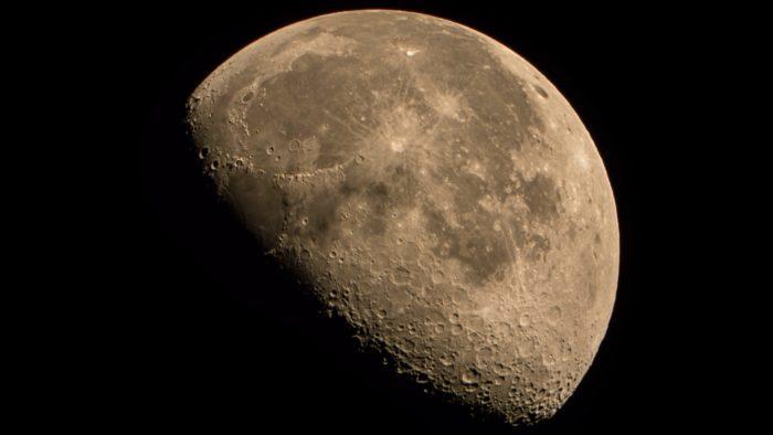 Brasileiros afirmaram ter completado uma transação de bitcoin através da refelxão de ondas de rádio na Lua (Imagem: Michael Jowen/ Unsplash)