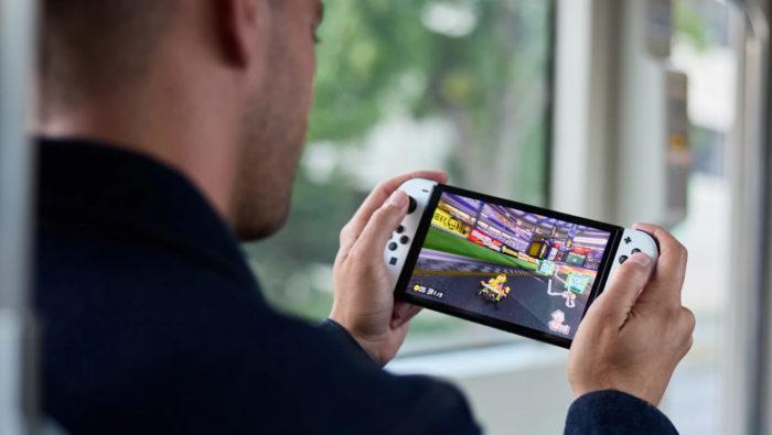 Tela do Nintendo Switch OLED é um pouco maior que o modelo padrão (Imagem: Divulgação/Nintendo)