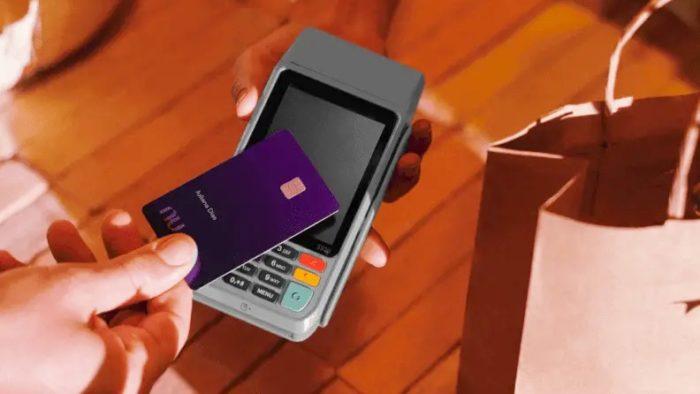 Nubank Ultravioleta na maquininha de cartão (Imagem: Divulgação)