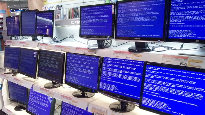 Tela azul da morte, ou BSOD, em vários PCs (Imagem: madko77 / Flickr)