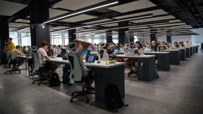 Funcionários em escritório (Imagem: Alex Kotliarskyi/Unsplash)