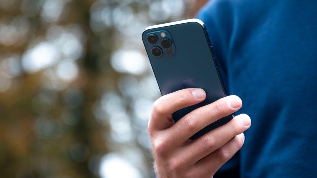 iPhone 12 Pro (Imagem: Alwin Kroon/Unsplash)