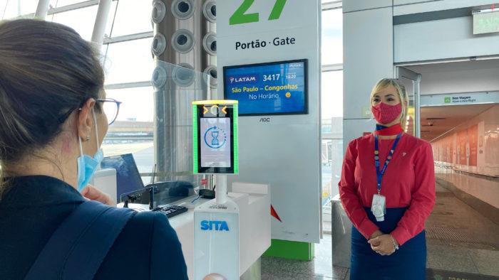 Embarque com reconhecimento facial no aeroporto de Brasília (Imagem: Divulgação/LATAM)