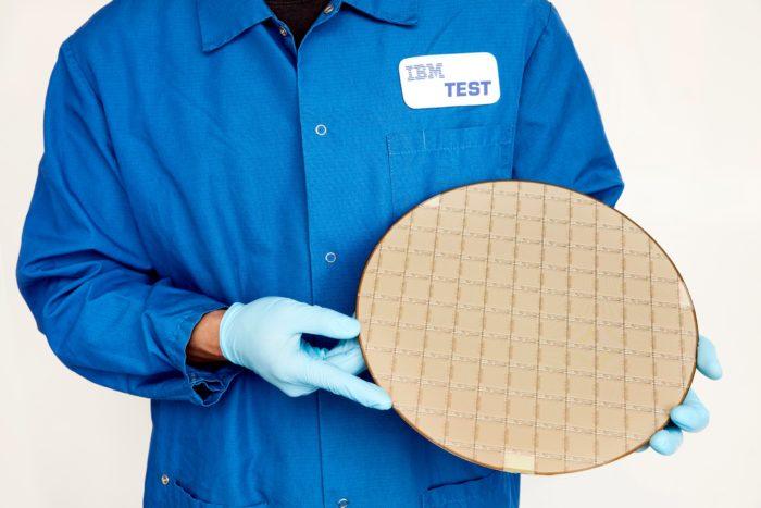Wafer de chips IBM Telum (imagem: divulgação/IBM)