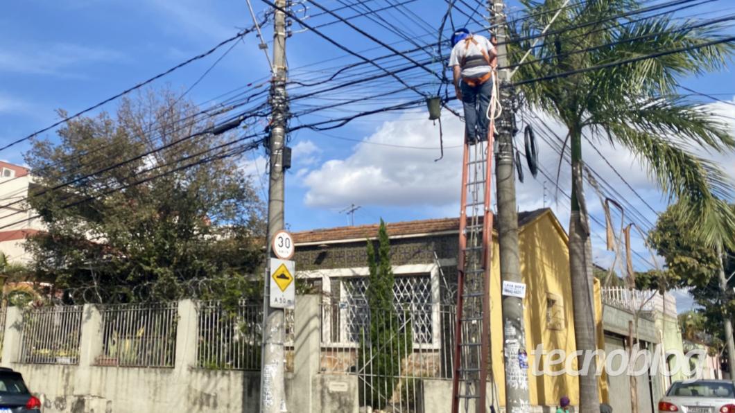 Técnicos da Oi expandindo rede de fibra óptica em Belo Horizonte/MG