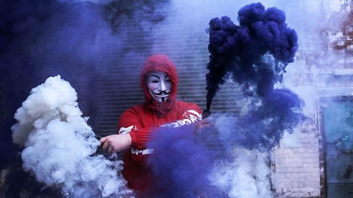 Qual a origem e história do grupo Anonymous? (Imagem: Tom Roberts/Unsplash)