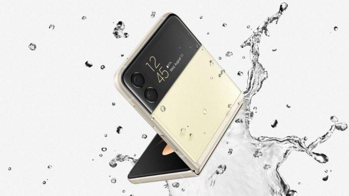 Galaxy Z Flip 3 é resistente a água (Imagem: Divulgação / Samsung)