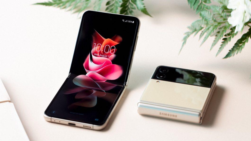 Galaxy Z Flip 3 aberto e fechado (Imagem: Divulgação / Samsung)