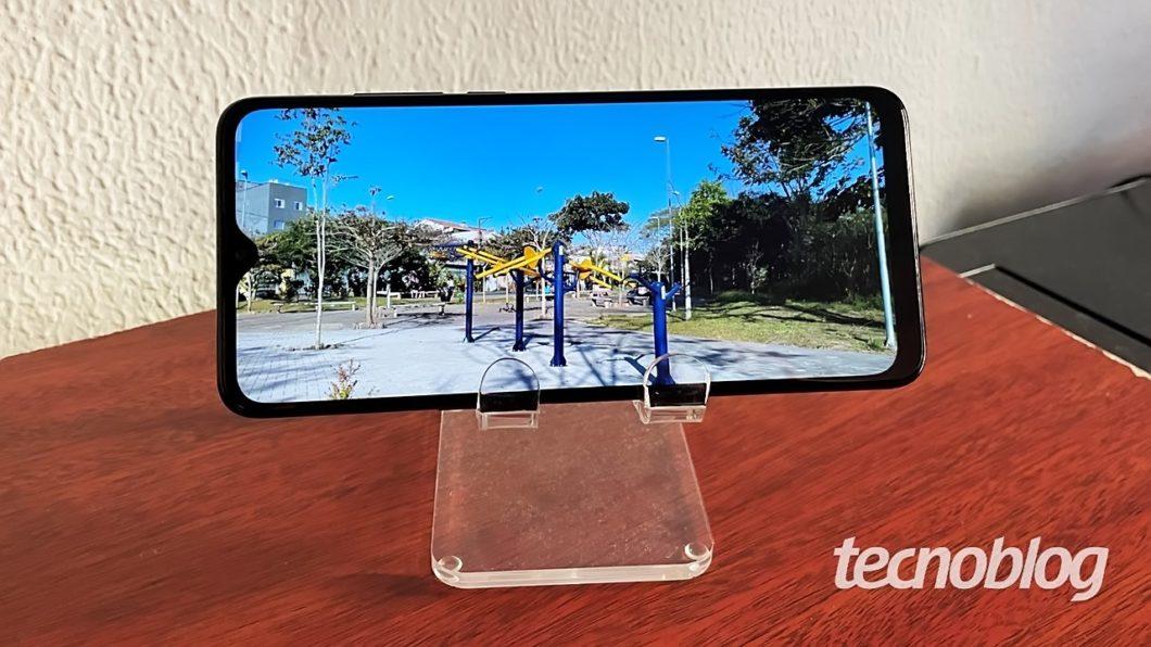 A tela é gigante, mas a resolução é apenas HD (imagem: Emerson Alecrim/Tecnoblog)