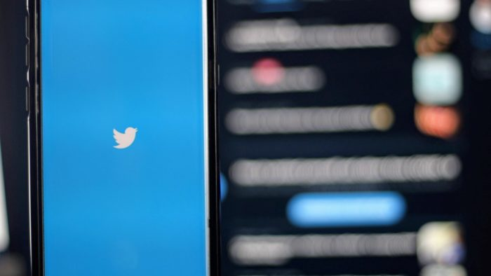 Tela de abertura do Twitter no celular.