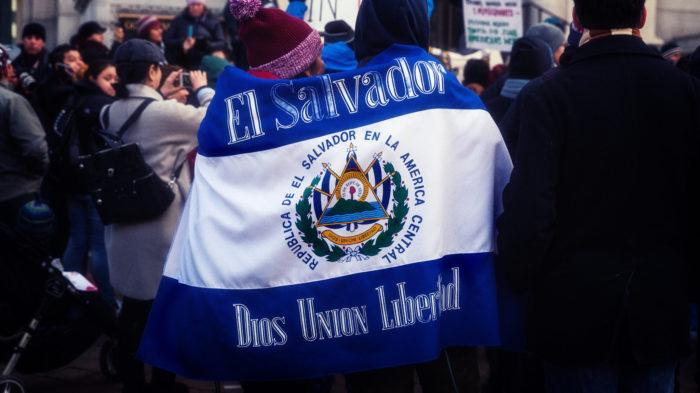 Bandeira de El Salvador em protesto em Washington (Imagem: Lorie Shaull/ Flickr)
