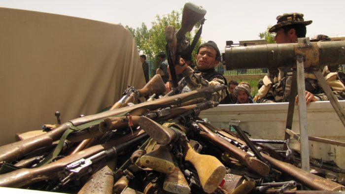 Membro do Taliban carregando caminhão com armas de fogo (Imagem: ResoluteSupportMedia/ Flickr)