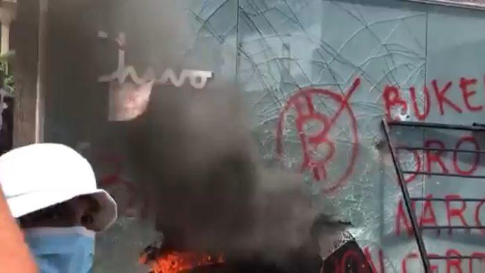 Caixa eletrônico de bitcoin é queimado em prostesto em El Salvador (Imagem: Reprodução/ Twitter)