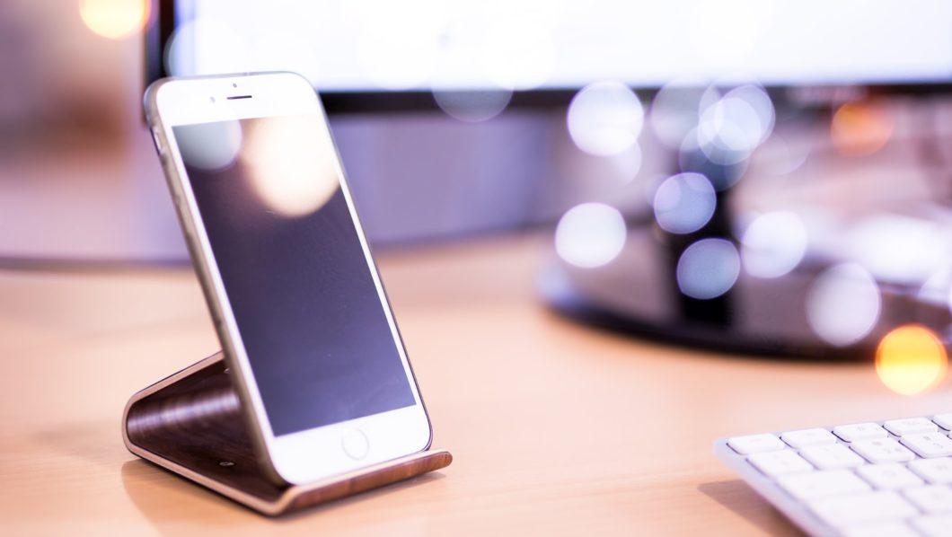 Como atender chamadas automaticamente no iPhone (Imagem: Robin Van Der Ploeg/Unsplash)