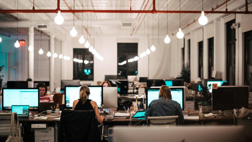 Mulheres em ambiente de trabalho (Imagem: Israel Andrade/Unsplash) em ambiente de trabalho (Imagem: Israel Andrade/Unsplash)
