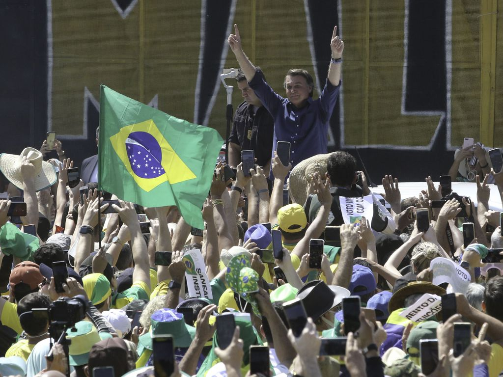 Presidente Jair Bolsonaro, acompanhado dos ministros da Defesa, Braga Neto e do vice-presidente, Hamilton Mourão, participa de manifestação na Esplanada dos Ministérios (Imagem: Fabio Rodrigues-Pozzebom/ Agência Brasil)
