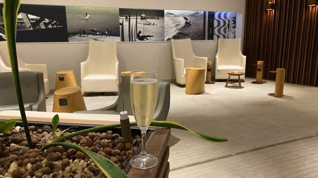 Salas VIP costumam ter espaços confortáveis com bebida e comida liberada
