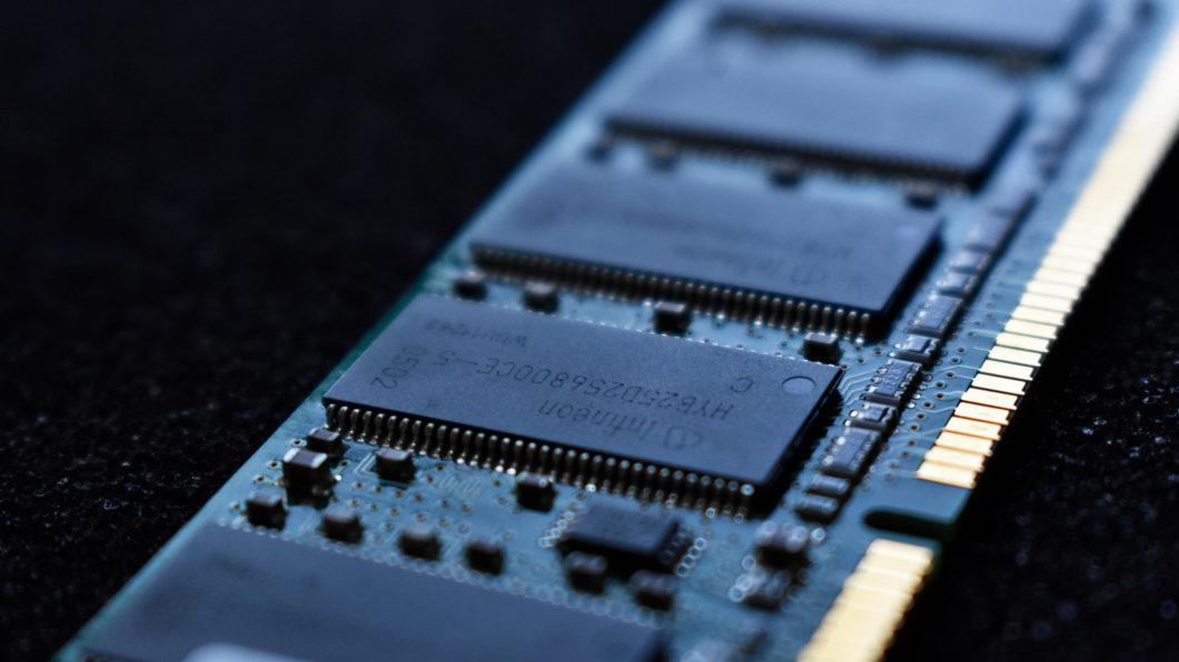 Pente de memória RAM (Imagem: Liam Briese/Unsplash)