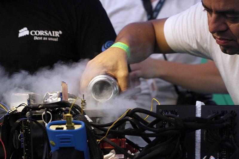 Resfriando um processador com nitrogênio líquido (Imagem: Flávia de Quadros/Wikimedia Commons)