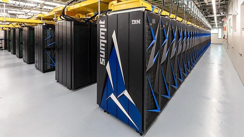 Supercomputador Summit (Imagem: OLCF at ORNL/Wikimedia Commons)