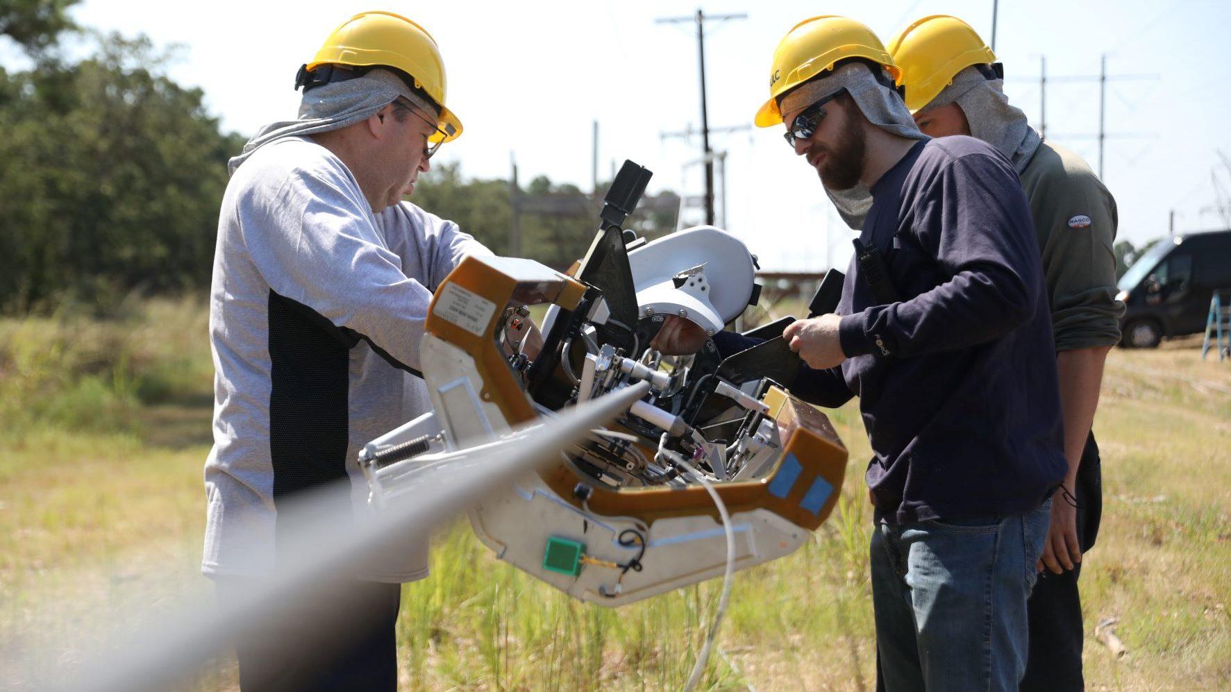 Equipe técnica só precisa colocar Bombyx em cabo de energia