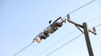 Facebook anuncia robô que passa fibra óptica em postes de energia
