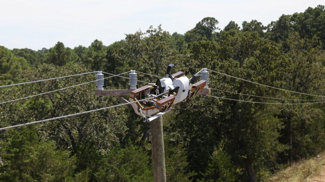 Bombyx passa fibra nos cabos de média tensão e consegue desviar de obstáculos
