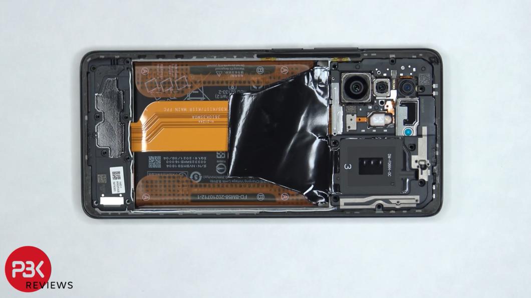 Parte de trás do Xiaomi 11T Pro sem a tampa de vidro (Imagem: Reprodução/PBKreviews/YouTube)
