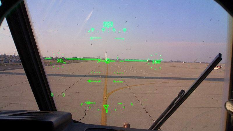 HUD de um avião militar (Imagem: Telstar Logistics/Wikimedia Commons)