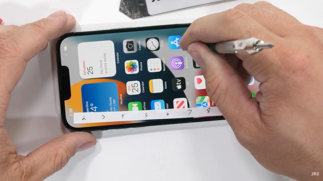 Teste de resistência do iPhone 13 Pro Max (Imagem: Reprodução/JerryRigEverything/YouTube)