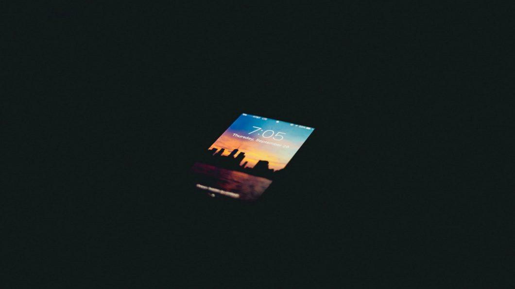 iPhone com a tela ligada no escuro