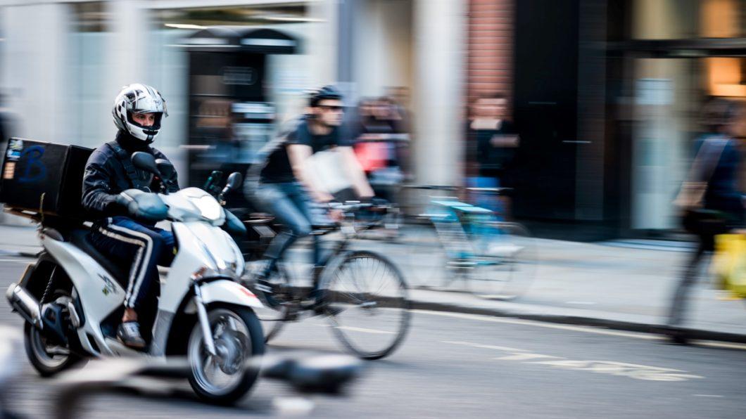 Motociclista fazendo entregas