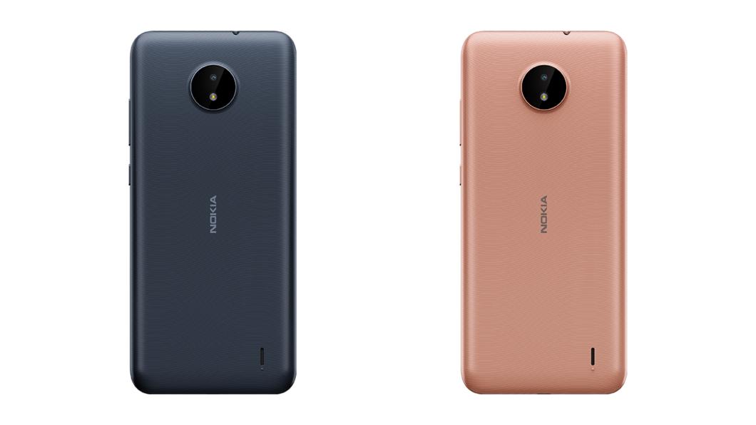 Traseira do <a href='https://meuspy.com/tag/Nokia-espiao'>Nokia</a> C20; smartphone tem cor azul e dourado