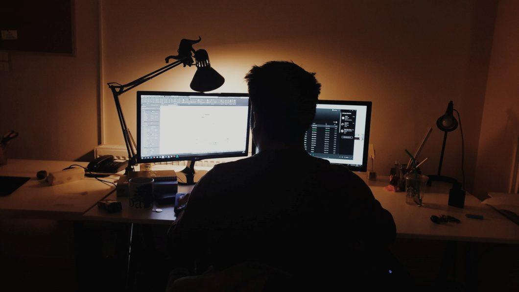 Pessoa trabalhando à noite, no escuro