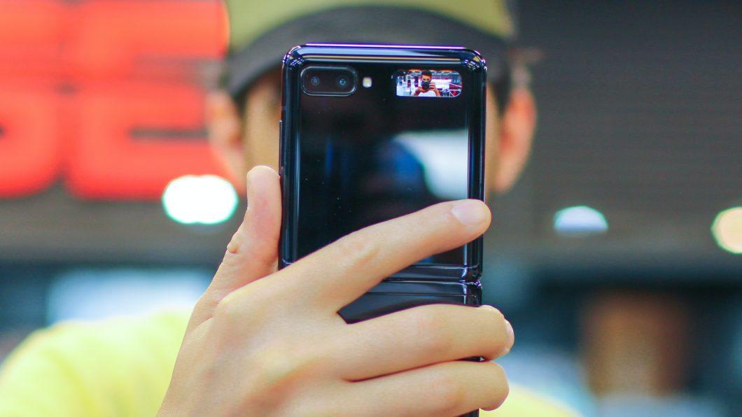 Samsung <a href='https://meuspy.com/tag/Espionar-Galaxy'>Galaxy</a> Z Flip na mão (Imagem: Zana Latif / Unsplash)