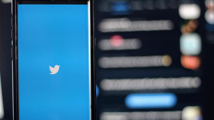 tela de celular com a imagem do logo do twitter